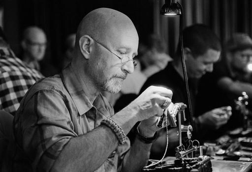Peder Wigdell binder flugor i butiken - lördagen den 15/12